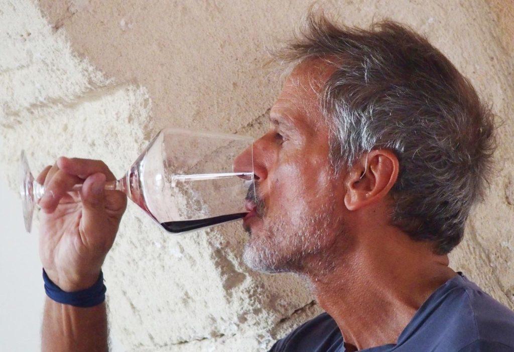 Claudio Quarta degusta il suo vino nell'antica stalla di Tenute Eméra a Lizzano