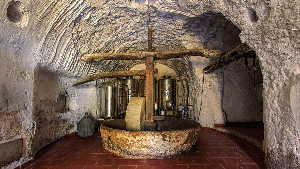 La vinificazione del Capri Doc bianco avviene in una cantina produttiva dal 1818 e prima d'allora utilizzata come frantoio; infatti custodisce una mola, una vasca e una grande vite in legno d'inizio '800, oltre a un torchio per la pressatura delle uve, del 1850
