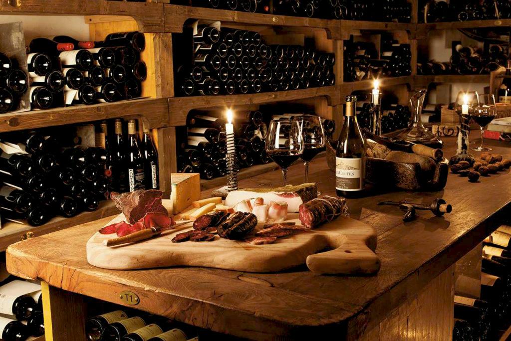 Cogne, Hotel & Spa Bellevue. Cantina vini e tagliere di salumi e formaggi della tradizione valdostana (www.hotelbellevue.it)