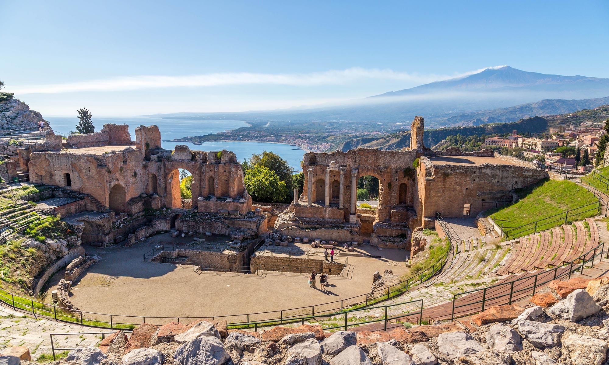 Sicilia, vista sull'Etna dal teatro greco di Taormina